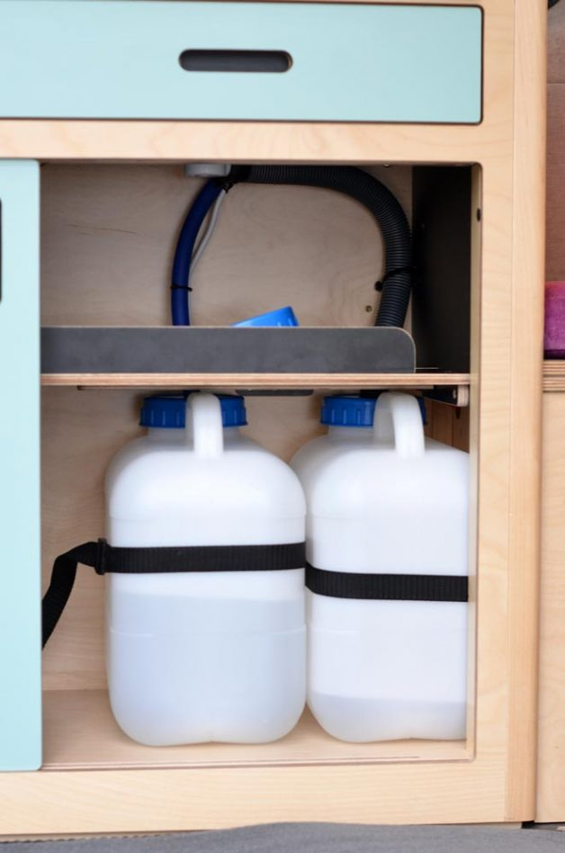 Water containers in removable kitchen Maxi Pod